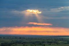 Puesta del sol colorida nublada sobre las colinas y los árboles imágenes de archivo libres de regalías