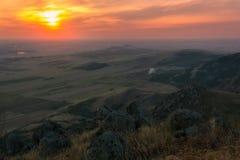 Puesta del sol colorida nublada sobre las montañas de Macin imagen de archivo libre de regalías