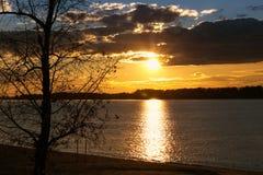 Puesta del sol colorida del otoño sobre el río Volga Imágenes de archivo libres de regalías