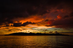 Puesta del sol colorida sobre el agua ondulada Fotografía de archivo