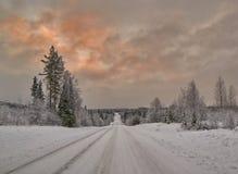 Puesta del sol colorida sobre el camino finlandés Imagen de archivo