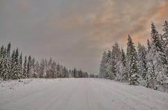 Puesta del sol colorida sobre el camino finlandés Imagen de archivo libre de regalías