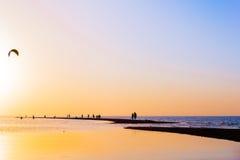 Puesta del sol colorida sobre el escupitajo de la arena en el mar Imagenes de archivo