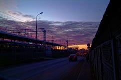 Puesta del sol colorida sobre el ferrocarril en otoño Imágenes de archivo libres de regalías