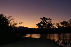 Puesta del sol colorida sobre el lago Fotografía de archivo libre de regalías