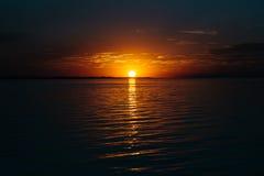 Puesta del sol colorida sobre el lago Fotografía de archivo