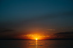 Puesta del sol colorida sobre el lago Imagenes de archivo