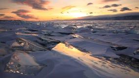 Puesta del sol colorida sobre el lago Baikal helado majestuoso almacen de metraje de vídeo