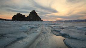 Puesta del sol colorida sobre el lago Baikal helado majestuoso metrajes