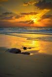 Puesta del sol colorida sobre el mar Fotos de archivo