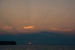 Puesta del sol colorida sobre el mar Foto de archivo libre de regalías