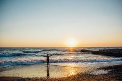 Puesta del sol colorida sobre el mar Fotos de archivo libres de regalías
