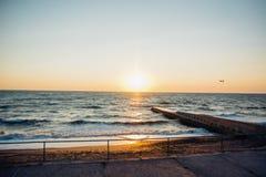 Puesta del sol colorida sobre el mar Imágenes de archivo libres de regalías