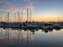 Puesta del sol colorida sobre el puerto deportivo del barco, nubes amarillas con el espacio de la copia imágenes de archivo libres de regalías