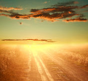 Puesta del sol colorida sobre la carretera nacional en el cielo dramático Imágenes de archivo libres de regalías