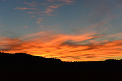 Puesta del sol colorida sobre las colinas Foto de archivo libre de regalías
