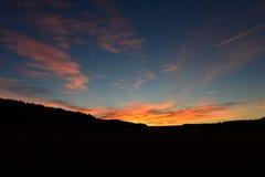 Puesta del sol colorida sobre las colinas Imagen de archivo libre de regalías