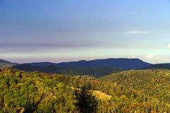 Puesta del sol colorida sobre las colinas en Alsacia Fotos de archivo