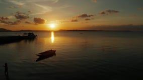 Puesta del sol colorida sobre las islas tropicales almacen de metraje de vídeo