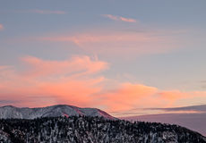 Puesta del sol colorida sobre las montañas. Foto de archivo