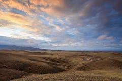 Puesta del sol colorida sobre las montañas Gurvan Saikhan del MES meridional Foto de archivo