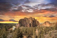Puesta del sol colorida sobre Smith Rock State Park Imágenes de archivo libres de regalías