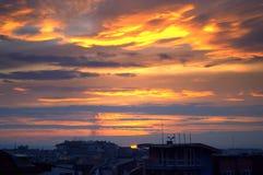 Puesta del sol colorida sobre una ciudad Fotografía de archivo