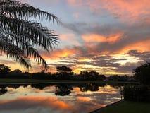 puesta del sol colorida tropical en casa en patio trasero Fotos de archivo