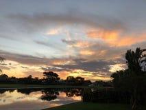 puesta del sol colorida tropical en casa en patio trasero Imagen de archivo libre de regalías