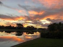 puesta del sol colorida tropical en casa en patio trasero Imagen de archivo