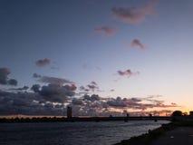 Puesta del sol colorida viva con el cielo y las nubes hermosos fotos de archivo
