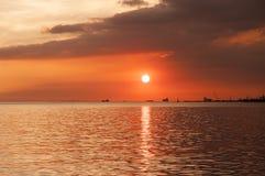 Puesta del sol colorida y hermosa en la bahía de Manila imagen de archivo