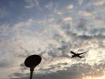 Puesta del sol con el aeroplano Imagen de archivo