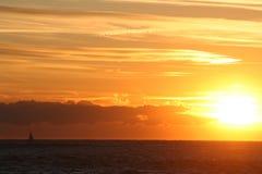 Puesta del sol con el barco de vela Fotografía de archivo