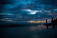 Puesta del sol con el cielo azul en la playa Imágenes de archivo libres de regalías