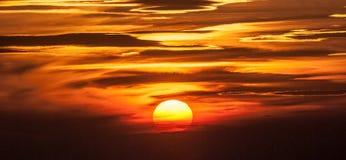 Puesta del sol con el cielo colorido con pocas nubes Imagen de archivo libre de regalías