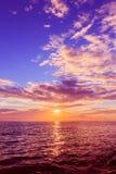 Puesta del sol con el cielo dramático Foto de archivo