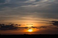Puesta del sol con el cielo hermoso fotos de archivo