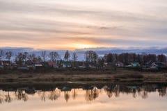 Puesta del sol con el cielo hermoso sobre las casas viejas Fotografía de archivo libre de regalías