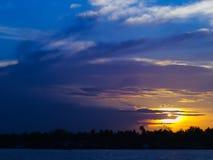 Puesta del sol con el cielo nublado Imagenes de archivo
