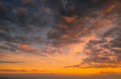 Puesta del sol con el fondo dramático del cielo imagen de archivo libre de regalías