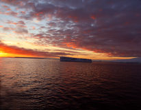 Puesta del sol con el iceberg tabular Foto de archivo libre de regalías