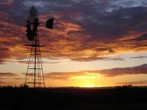 Puesta del sol con el molino de viento Fotos de archivo libres de regalías