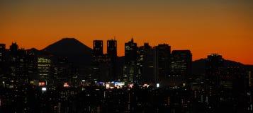 Puesta del sol con el monte Fuji y Shinjuku imagenes de archivo