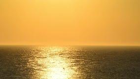 Puesta del sol con el paso del velero almacen de metraje de vídeo