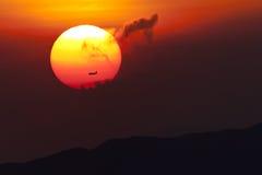 Puesta del sol con el plano Fotos de archivo