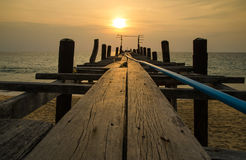 Puesta del sol con el puente de madera del pescador, andaman Tailandia Fotografía de archivo