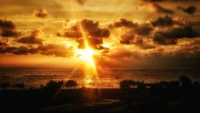 Puesta del sol con el resplandor de dios imagenes de archivo
