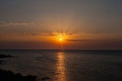 Puesta del sol con el sol sobre el mar Imagenes de archivo