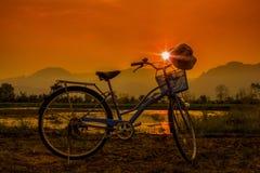 Puesta del sol con la bicicleta Foto de archivo libre de regalías
